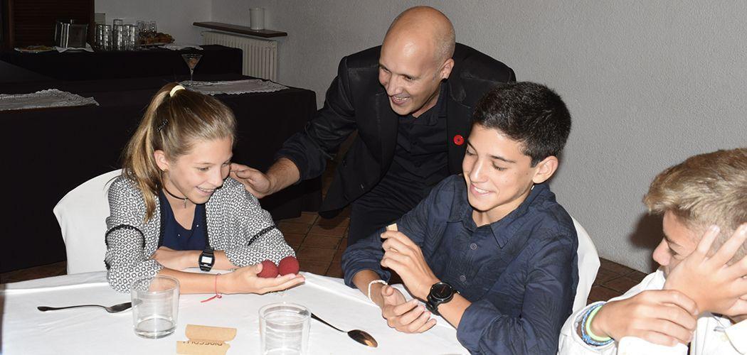 realitzant taller de màgia per nens